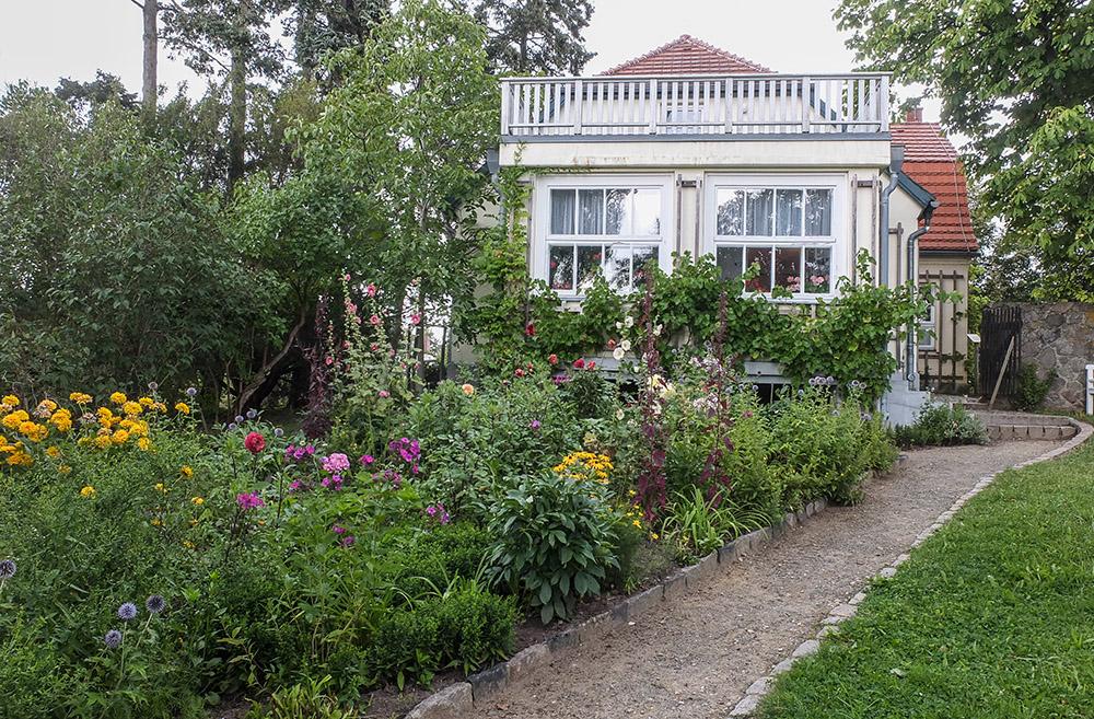 Hans Fallada huset i Carwitz: triangelrabbaten som blommar från mars till oktober, skapad av hustrun Anna Ditzen.